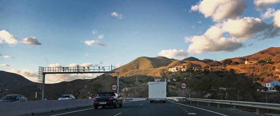 Imagen ilustrativa de vehículos en la autovía
