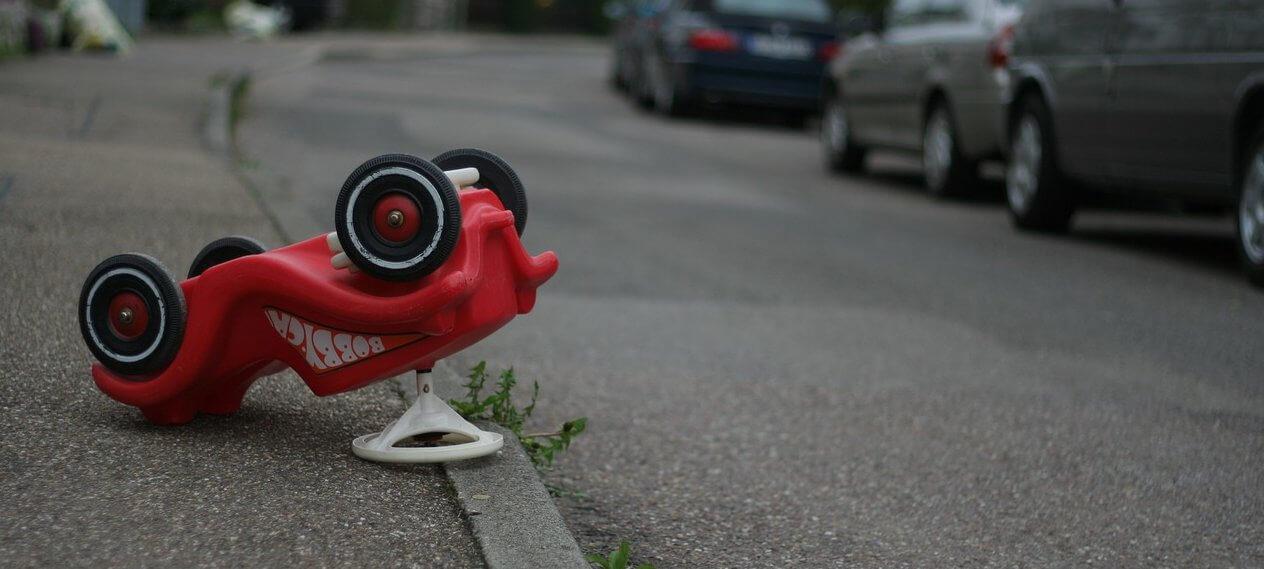 Imagen ilustrativa de un coche de juguete volcado simulando un accidente, por hoffmann-tipsntrips CC0 Creative Commons