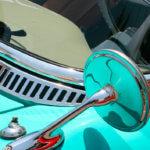 Unas gafas en el salpicadero de un coche clásico