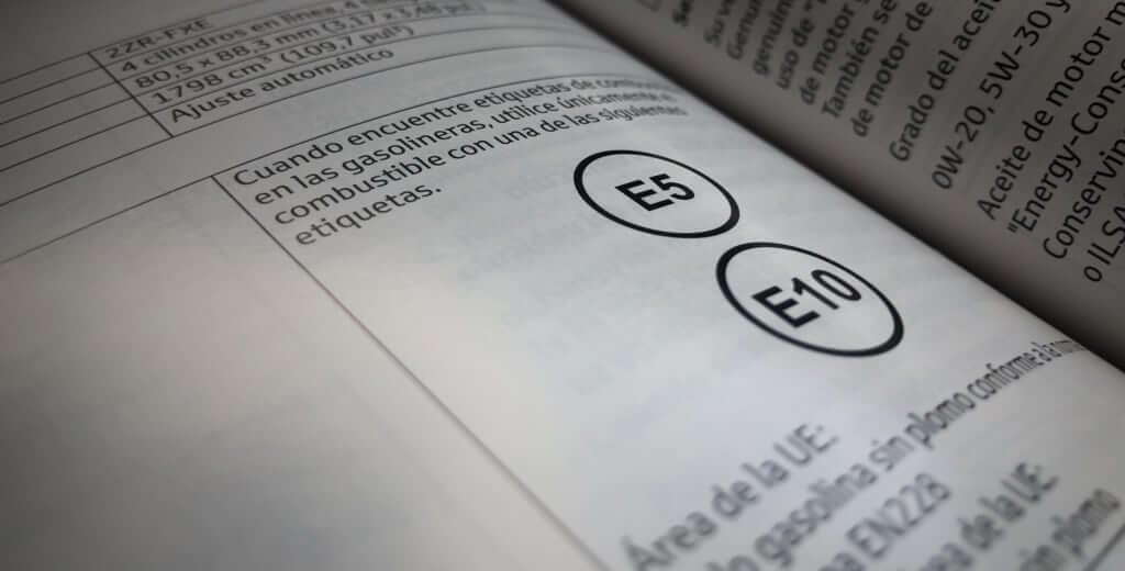 Manual de usuario de un vehículo de gasolina mostrando la correspondencia con el nuevo etiquetado de etanol