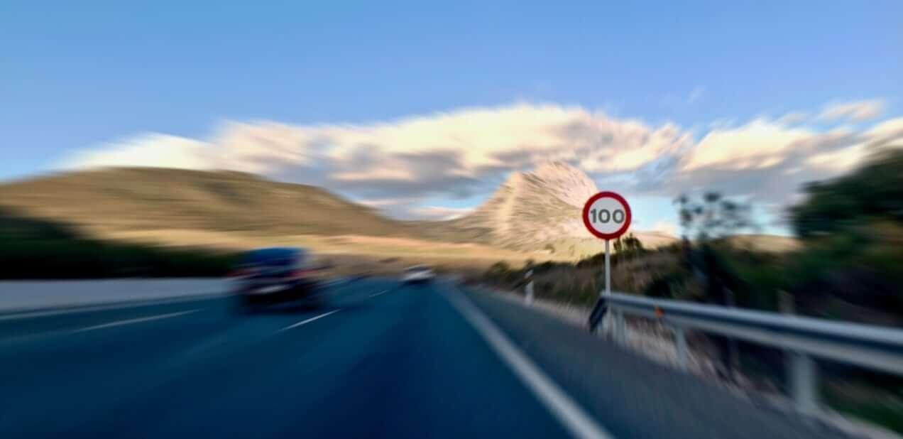 Foto de una autovía con el límite de velocidad a 100 km/h