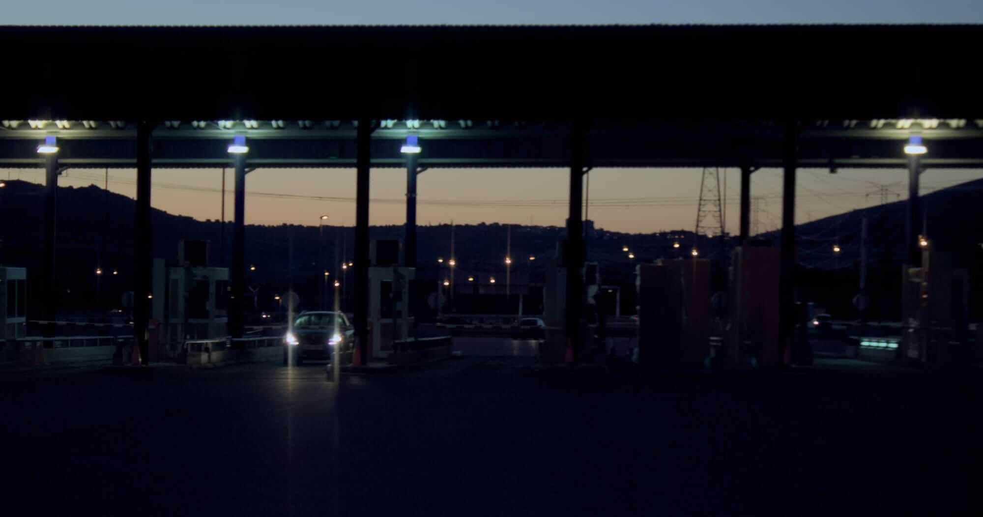 Durante el amanecer y el atardecer debemos usar las luces de cruce para hacernos ver en la carretera. Imagen ilustrativa.