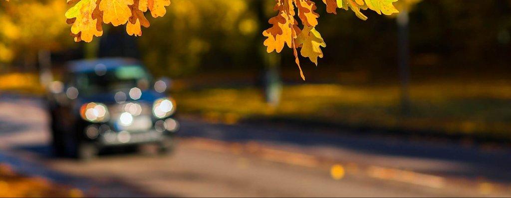 Imagen de un coche borroso por la carretera